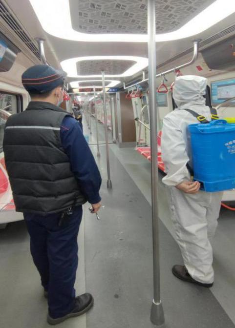 监护保洁人员对列车进行全面消毒