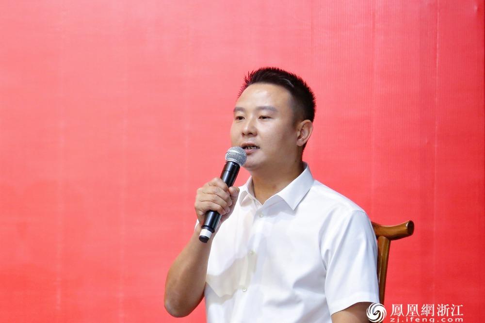 松阳县四都乡陈家铺村党支部书记鲍朝火接受记者提问
