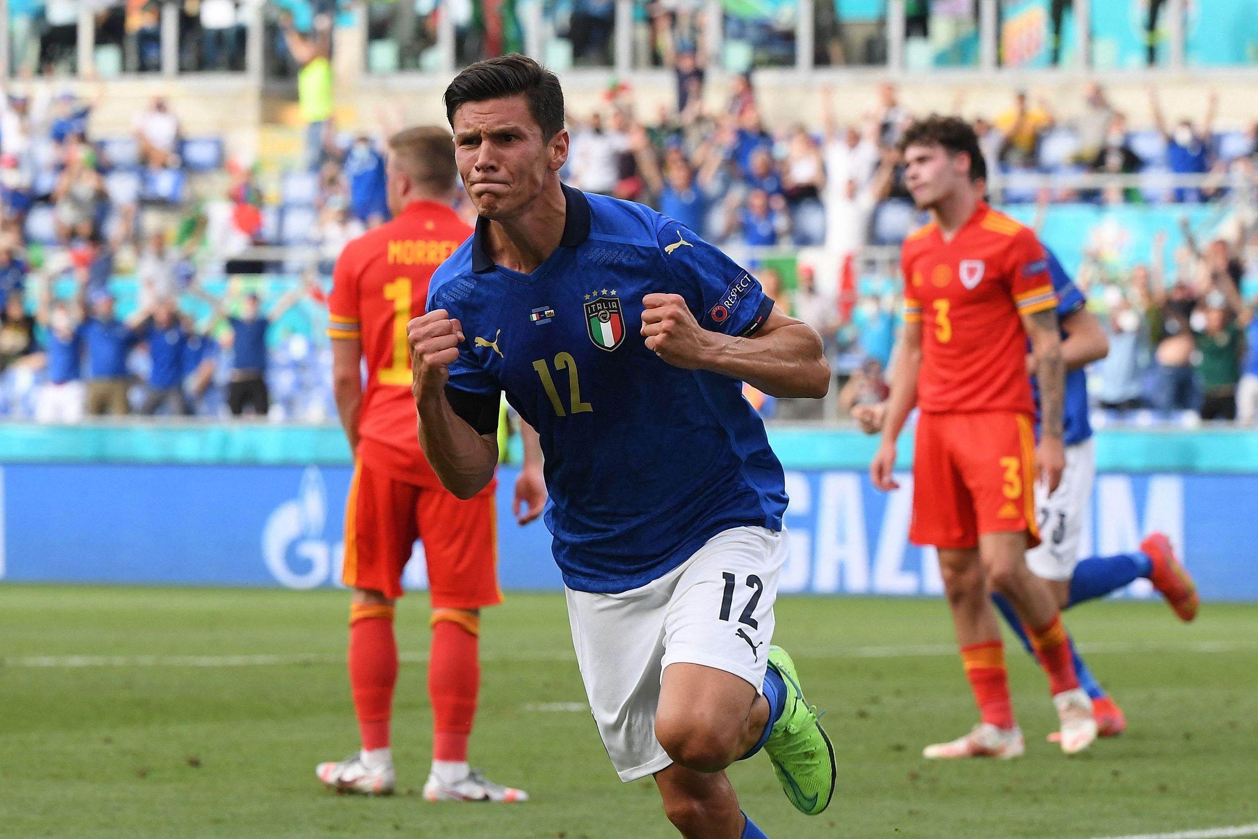 佩西纳庆祝进球。