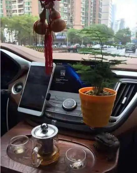 开车不忘喝茶 图 | 微博@这微博笑死我了