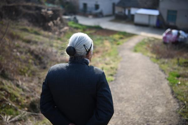 老人居住在半山腰,每日出门必经几个陡坡。