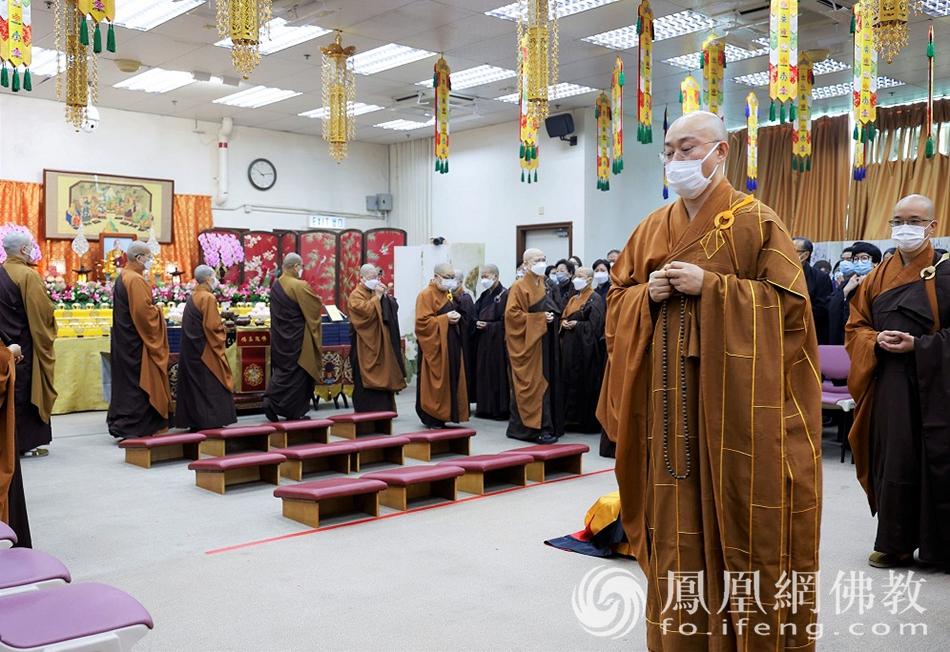 宏明法师领众绕佛(图片来源:凤凰网佛教 摄影:李惠筠)