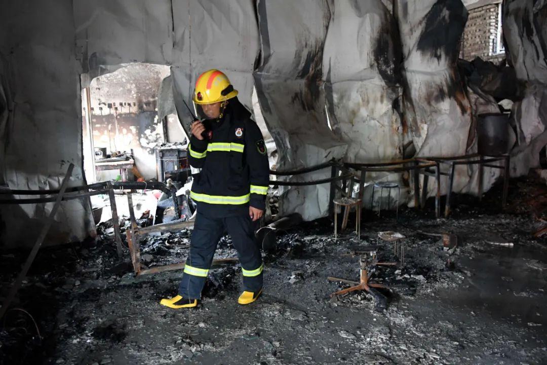 6月25日,消防人员在现场勘查。新华社发