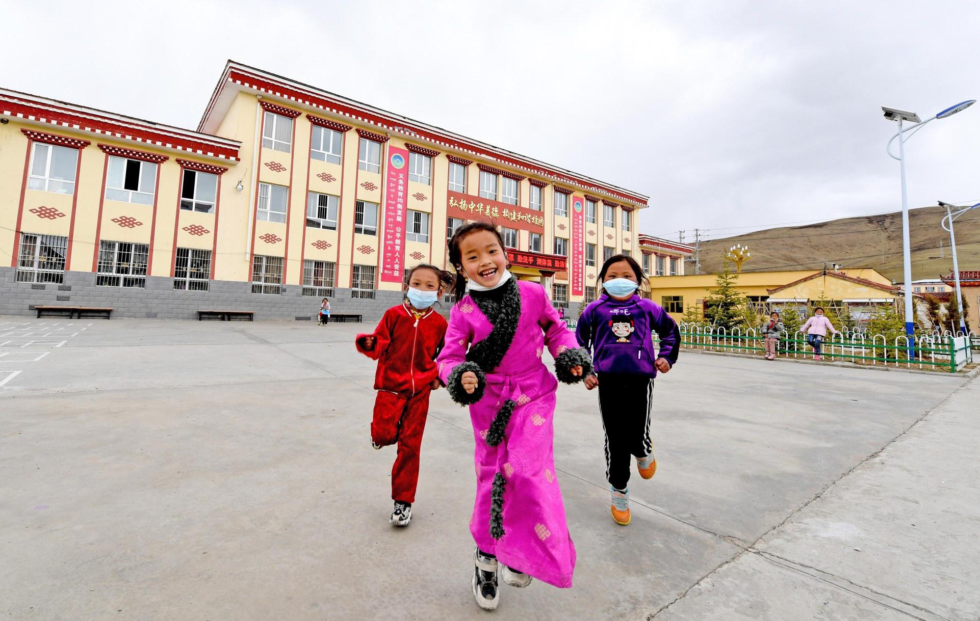 阳光雨露下,果洛藏族自治州达日县民族小学的孩子们茁壮成长。