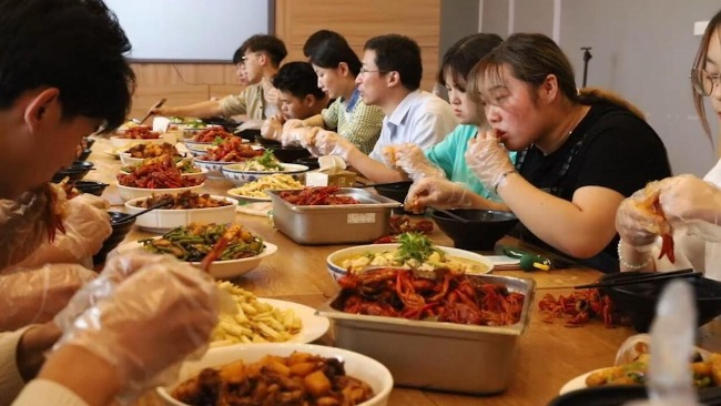 江苏高校油菜丰收榨油800斤烧50斤小龙虾 师生免费吃