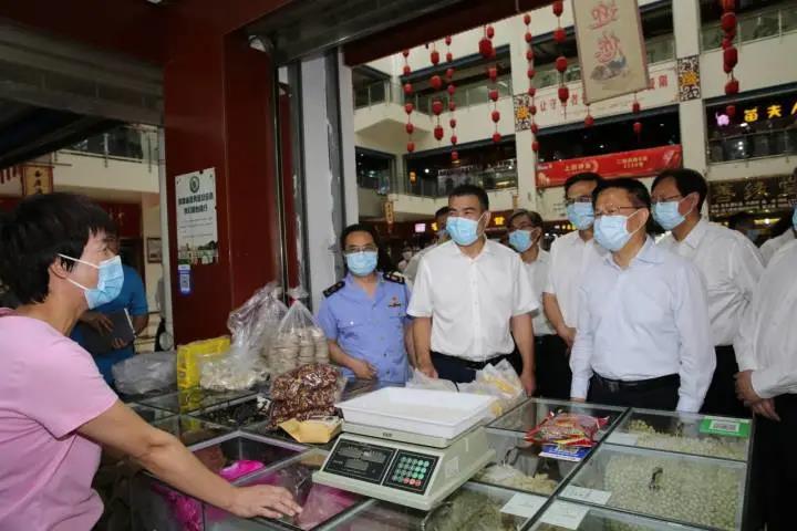 6月22日,省长郑栅洁在江南药镇调研。