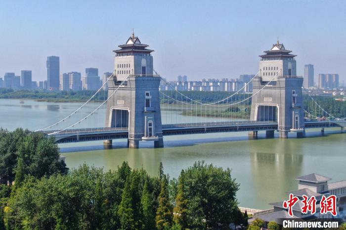 万福大桥是扬州市的标志性建筑,登临桥上百米高的塔楼后,江淮风情在这里淋漓尽致地由眼入心。 泱波 摄
