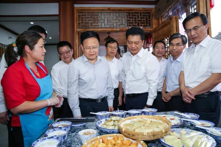6月21日,省长郑栅洁在磐安县乌石村调研。
