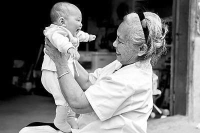 广西贺州市乡村医生王秋姣在上门体检时与婴儿嬉戏。 新华社发