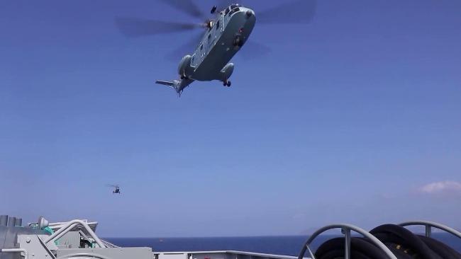 现场直击:两栖攻击舰海南舰直升机起降训练