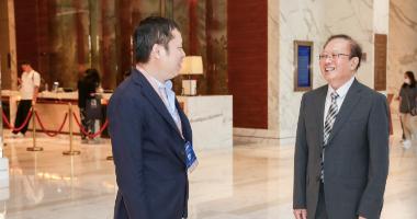 凤凰网高级副总裁刘春(左)在峰会现场接待中国国际经济交流中心副理事长、商务部原副部长魏建国(右),二人在峰会现场畅聊。
