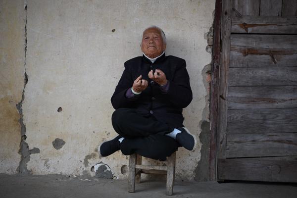 无论行走还是坐姿,面对求知者,张奶奶双手随时保持功夫招式。