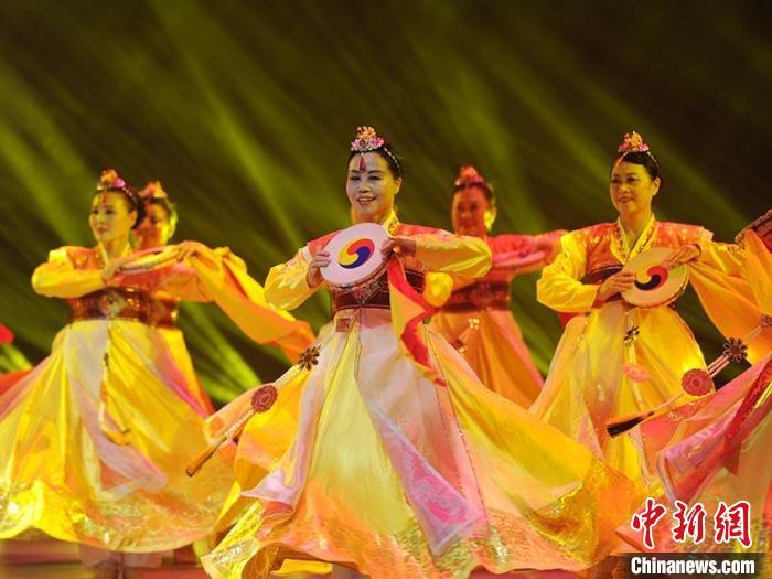 演员身着民族服饰演绎朝鲜族传统舞蹈 刘栋 摄
