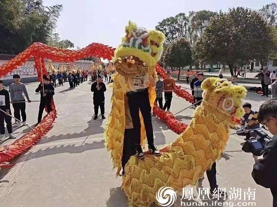 尧天坪中学的舞龙舞狮队
