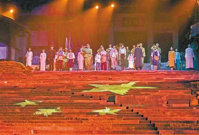 """6月29日晚,位于沙坪坝区磁器口的""""重庆1949剧院""""正式投用,我市首个大型实景式红色主题演出《重庆1949》正在上演。张锦辉 摄"""
