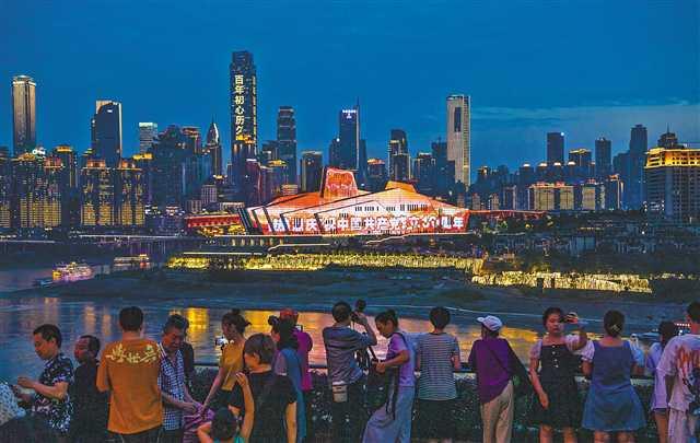 6月22日,重庆两江四岸灯光璀璨。当晚,重庆用最美灯光秀迎接党的百年华诞。郑宇 摄