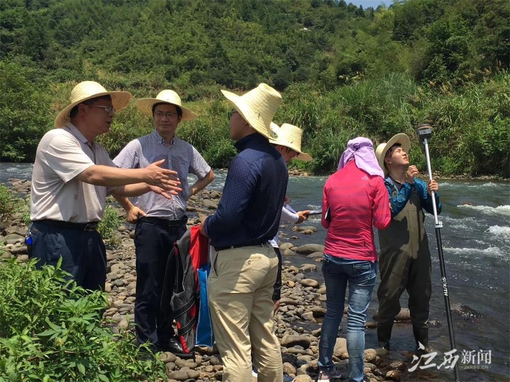 ▲雷声(左二)在山洪灾害调查工作现场 图片由采访对象本人提供