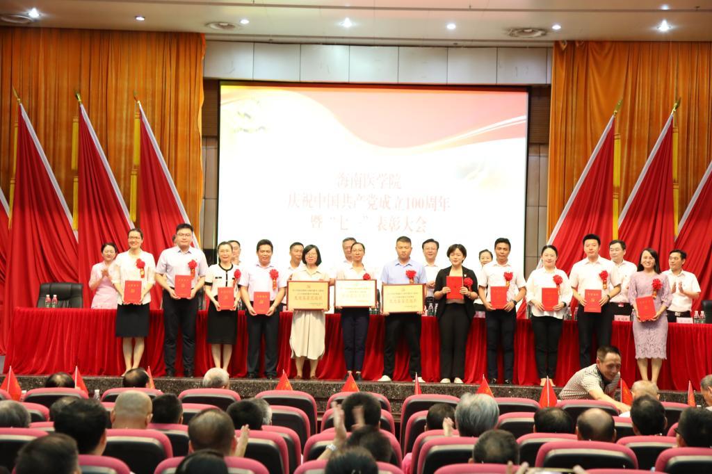 校领导分别为优秀共产党员、优秀党务工作者、先进基层党组织代表颁奖