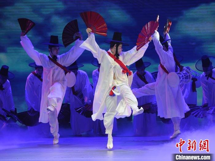 演员们表演朝鲜族舞蹈《鹤东来》 刘栋 摄