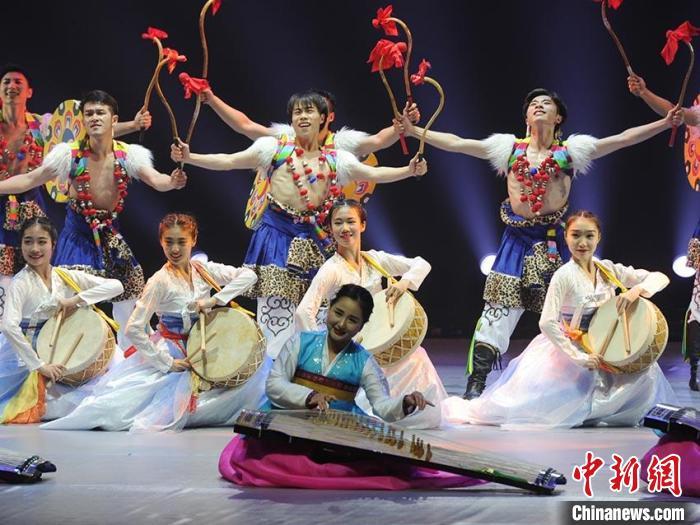 演员在使用朝鲜族乐器伽倻琴进行弹唱 刘栋 摄