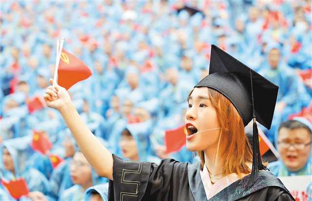 六月二十八日,重庆大学风雨操场,毕业学生高唱《唱支山歌给党听》。卢越 摄