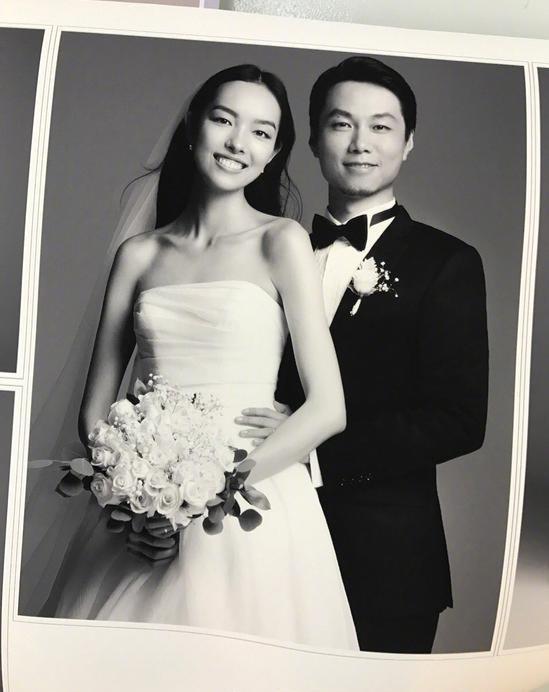 孙菲菲在微博晒出与摄影师老公的结婚照