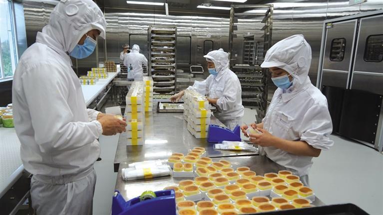 甜美香積的工人正在生产半熟芝士