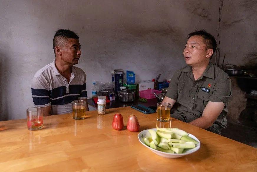 王斌在勐养保护区内的空格六队探访当地村民