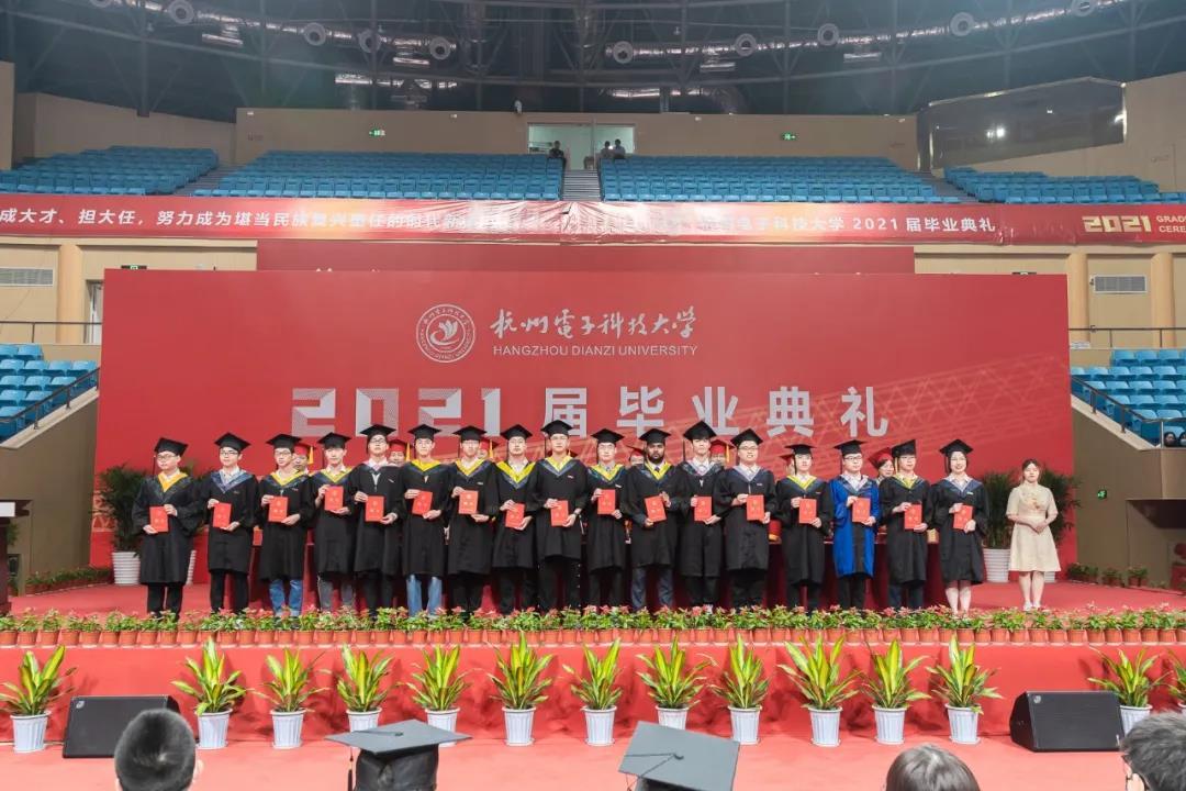 颁毕业证、玩军事游戏、寄语毕业生……浙江各大中小学毕业典礼进行中