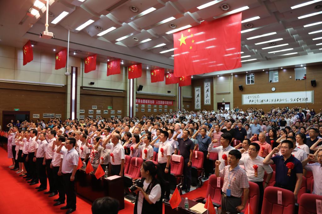 杨俊校长带领新老党员重温入党宣誓