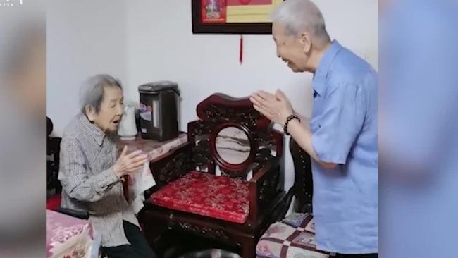 八旬老人每天走路去探望108岁母亲 高龄母子互问早安
