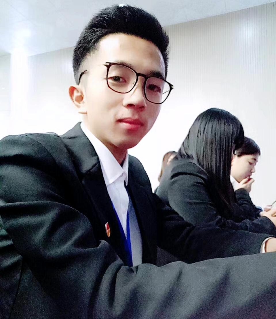 张洵玮大学时期帅气照片