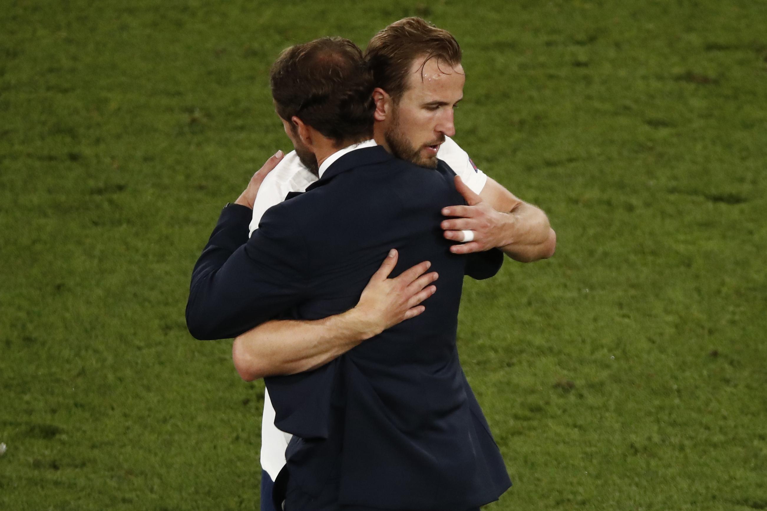 索斯盖特拥抱凯恩。