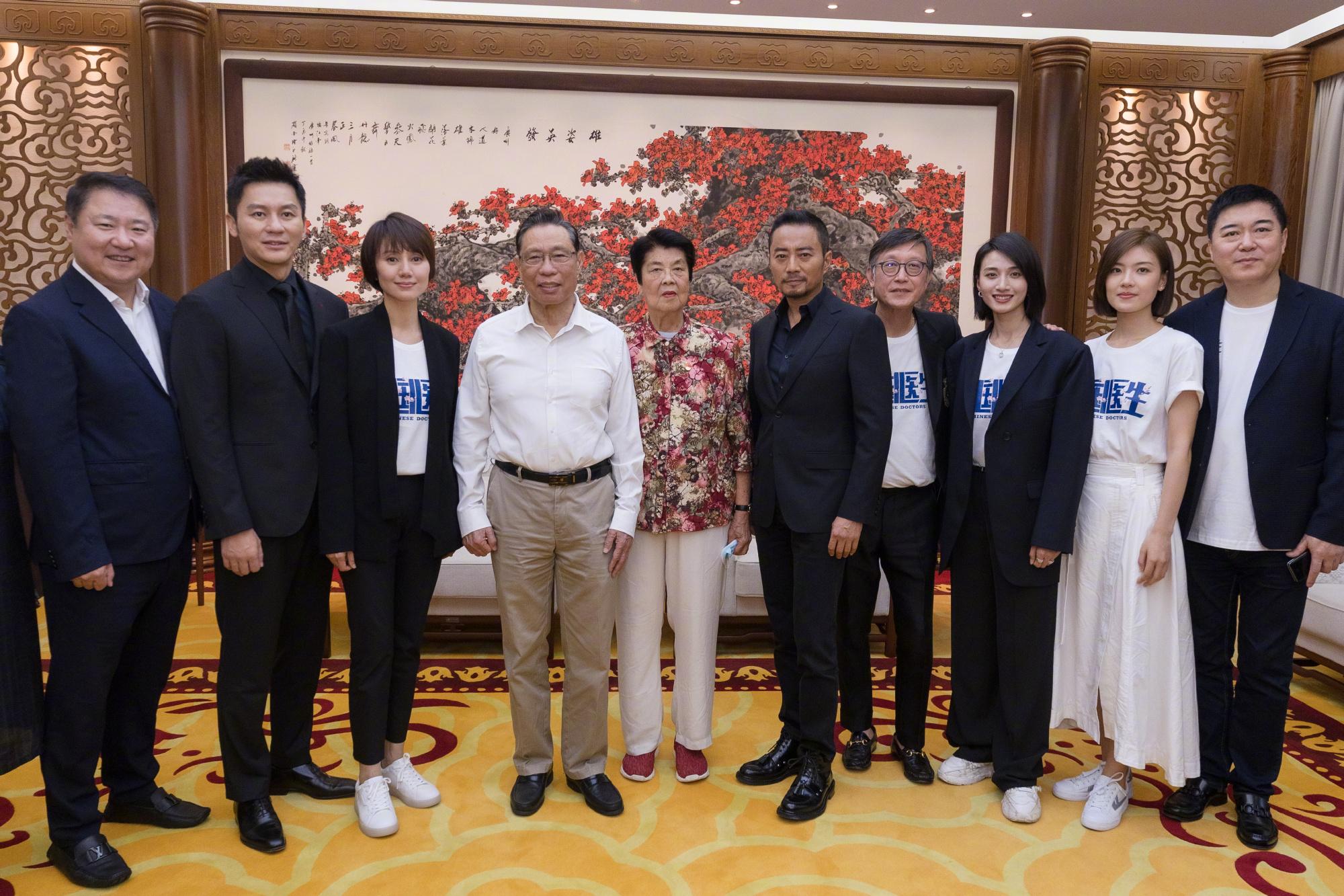 钟南山现身《中国医生》首映礼 与主创合影比赞