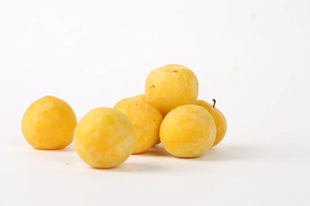 李子长成黄色的就不酸了?是真的,皮薄能撕,肉厚香甜
