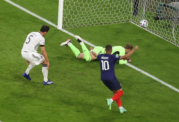 德国0-1不敌法国的比赛中,胡梅尔斯不慎将球打入自家大门。