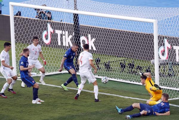西班牙对阵斯洛伐克一战,库茨卡在门线上的解围未能阻止皮球入网。