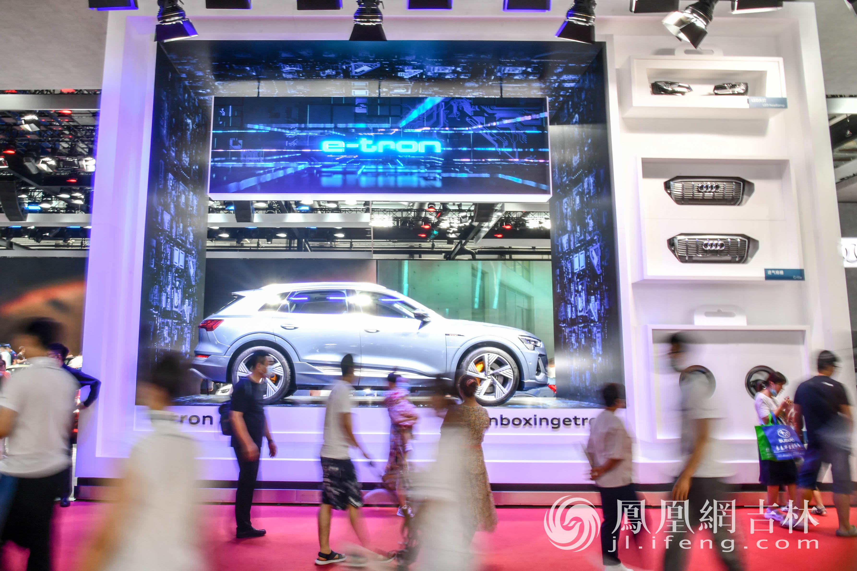 众多市民参观第18届中国(长春)国际汽车博览会。梁琪佳摄