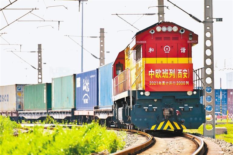 满载着50车货物的X75069次中欧班列(西安)昨日从西安国际港站开出,驶向捷克首都布拉格。 (中国铁路西安局集团有限公司供图)