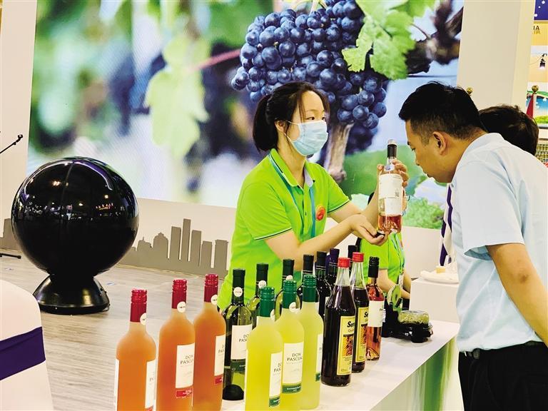 顾客选购乌拉圭葡萄酒 马艳玲 摄