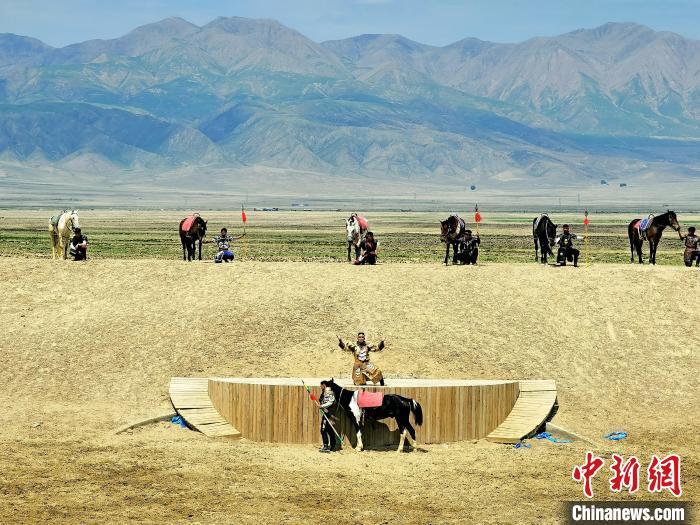 图为努尔赵等演员正在表演大型实景剧《一代天骄成吉思汗》。 祁增蓓 摄