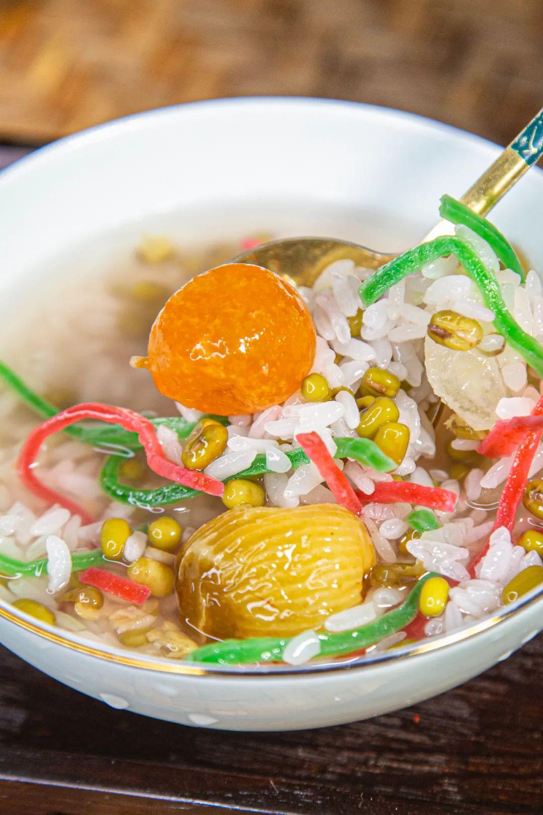 """▲ 五彩缤纷的苏式绿豆汤,更像一碗""""绿豆粥""""。 摄影/喧阗,图/汇图网"""