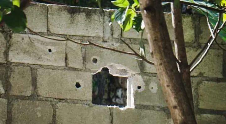 7月7日,在海地太子港,海地总统莫伊兹住所外墙上的弹孔清晰可见。新华社发(库坦摄)
