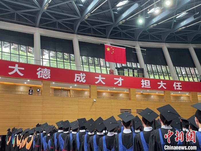 上??萍即髮W2021屆畢業典禮 鄭瑩瑩 攝