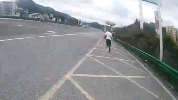 无证驾驶男子弃车逃跑,民警轻松擒获:我是练长跑的