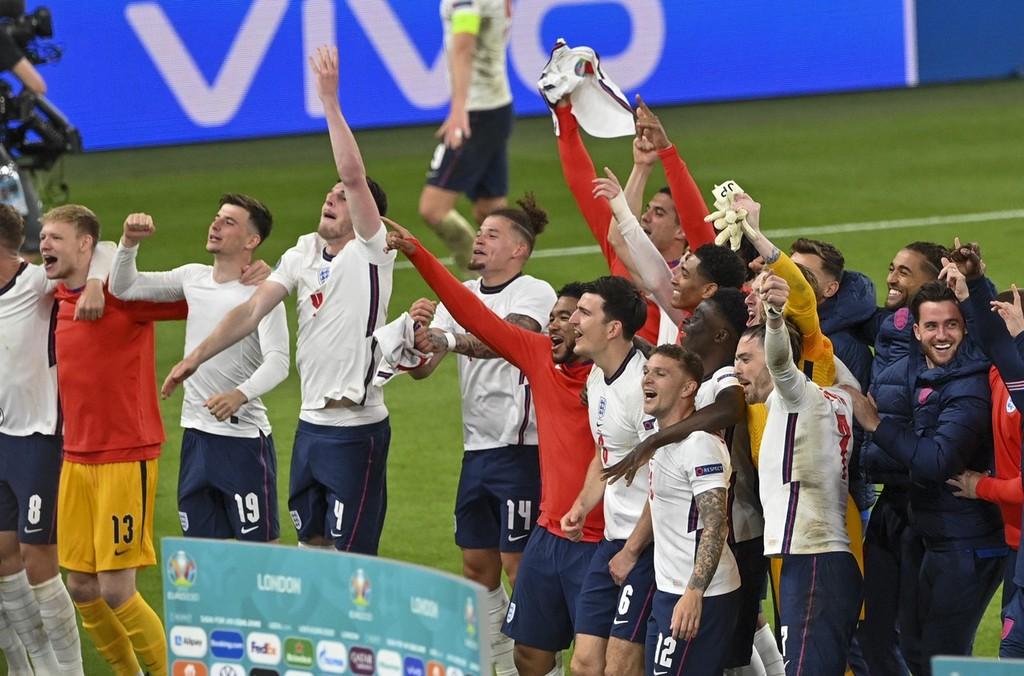 赛后英格兰队全队庆祝胜利