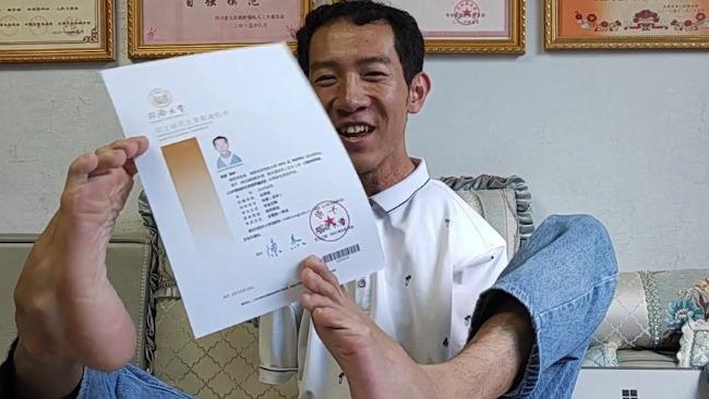 无臂青年收到同济大学研究生录取通知书 还准备攻读博士