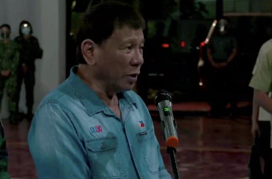 图为菲律宾总统看望受伤士兵并向牺牲士兵致哀