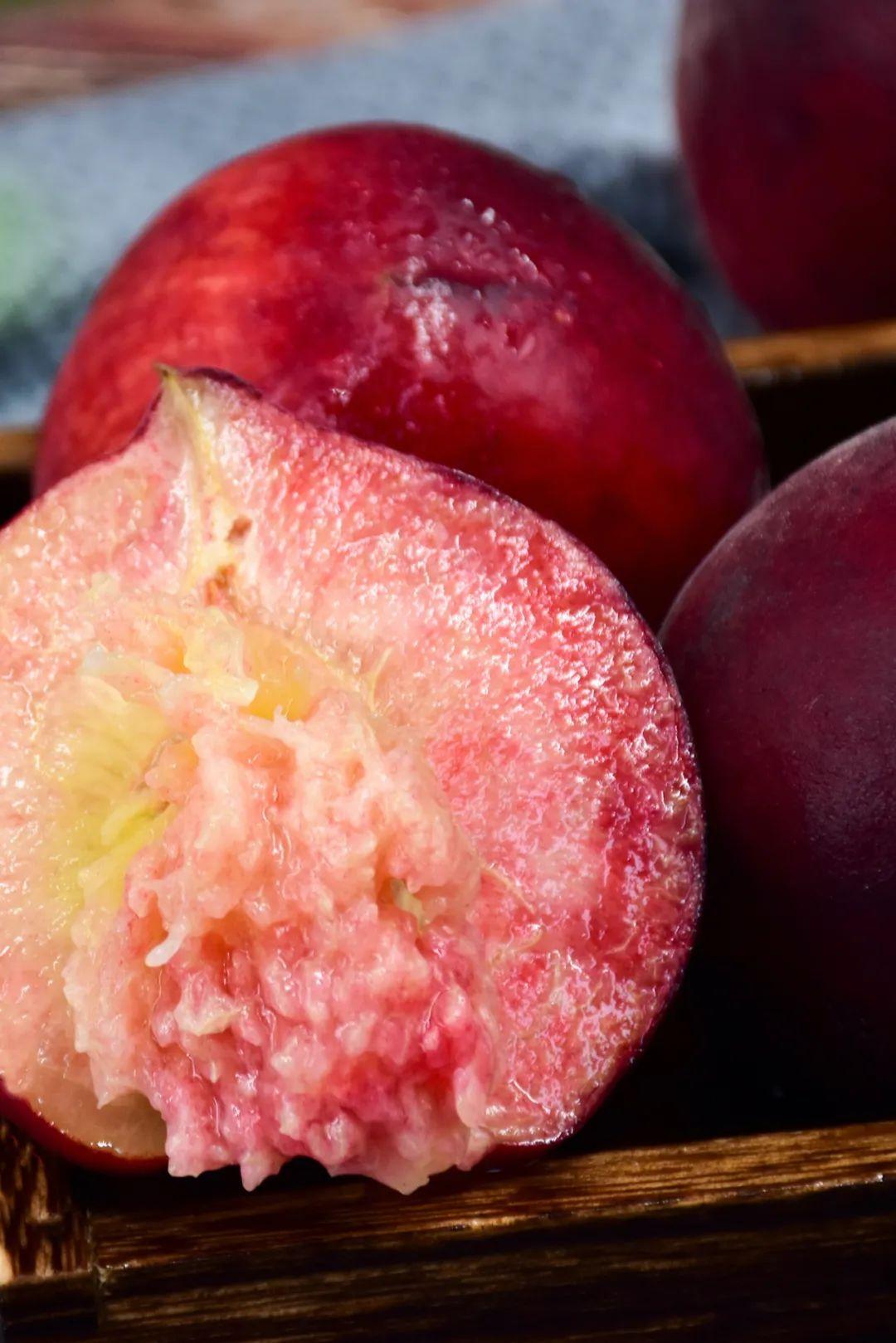 ▲ 天山冰糖桃,色彩红艳,果肉香甜。