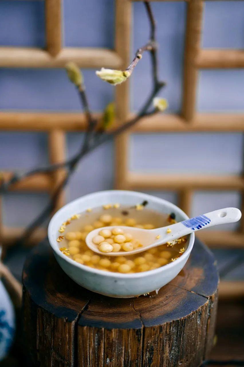 """▲ 水煮后加桂花提味的鸡头米,香甜白绵,活像一碗""""鸡头肉汤""""。 摄影/生活多美好,图/ 图虫·创意"""
